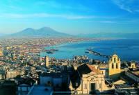 Panorama Neapolu z Wezuwuszem w tle. Na pierwszym planie fragment klasztoru certosa di San Martino