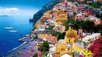 Nabrzeże Amalfi z panoramą okolicznych wzgórz