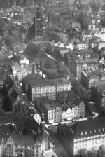 Fragment historycznego zdjęcia lotniczego - otoczenie obecnej siedziby Instytutu Historii Sztuki. W tle bryła kościoła św. Katarzyny.